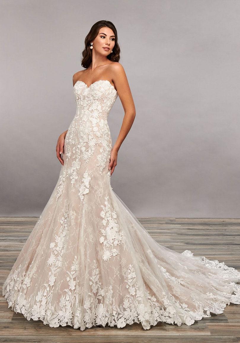 Sleeveless lace wedding dress